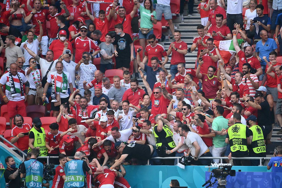Attila Fiola und seine Teamkollegen feiern nach dem Treffer zum 1:0 mit den Fans.