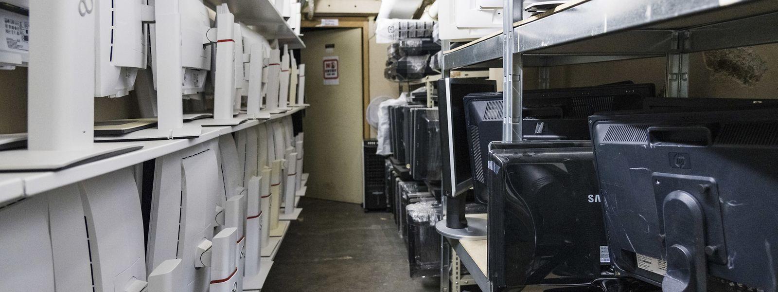 Im Keller von Digital Inclusion warten viele gebrauchte Geräte nur darauf, instand gesetzt zu werden.