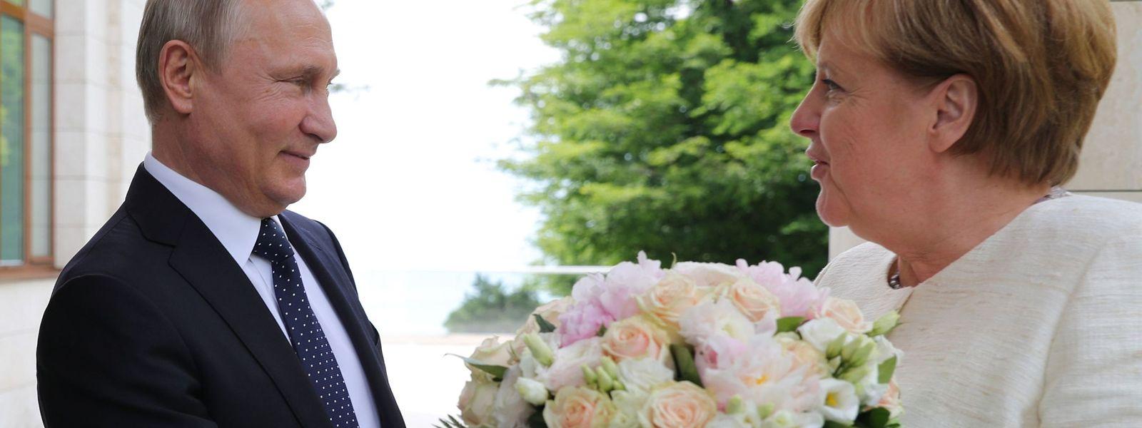 Putin begrüßte Merkel mit weißen Rosen in seiner Residenz an der Schwarzmeerküste.