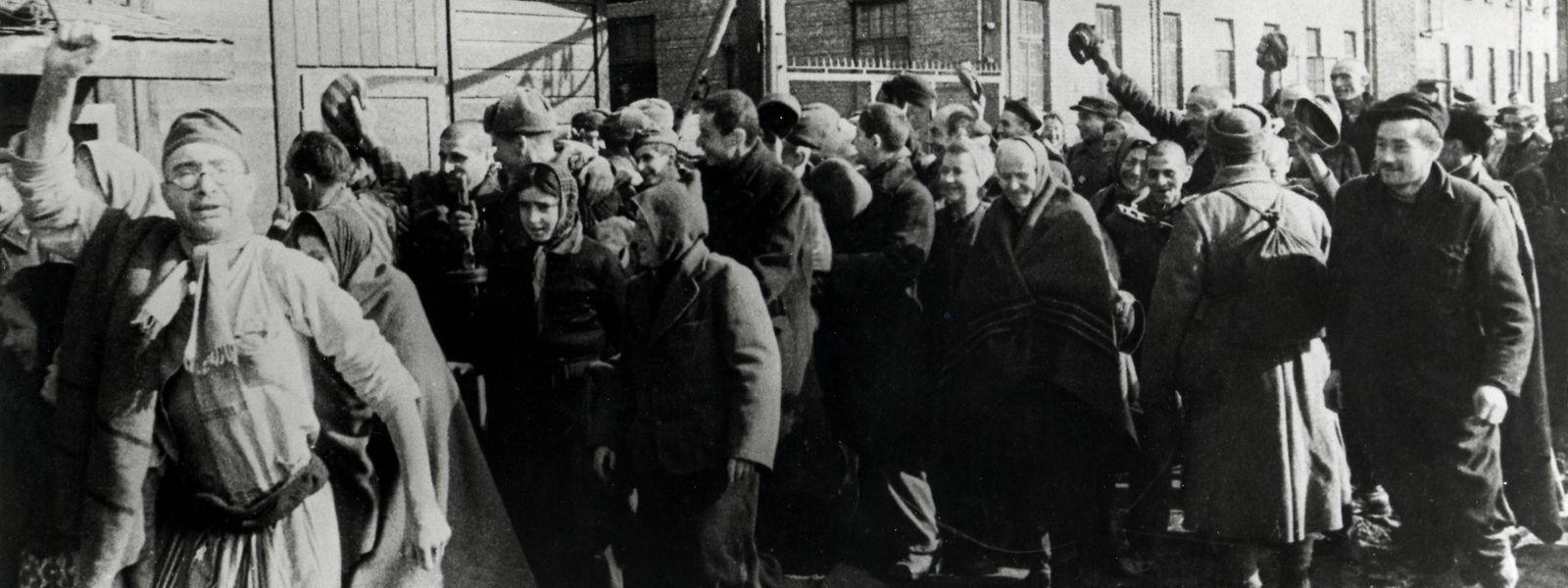 Überlebende von Auschwitz verlassen im Februar 1945 das Konzentrationslager.