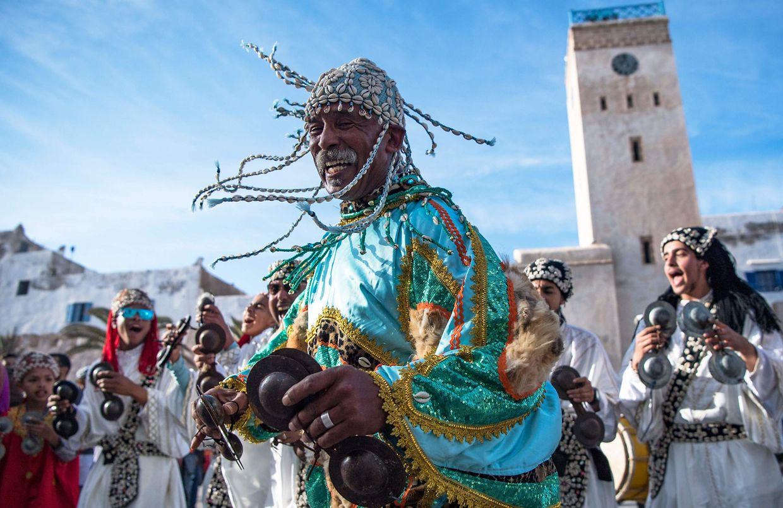 Marokkanische Musiker und Tänzer feiern die Aufnahme der Gnawa-Musik in die Liste des immateriellen Kulturerbes. Gnawa ist eine rhythmusbetonte Musik, die bei Ritualpraktiken zu Trancezuständen der Teilnehmer führt.