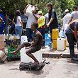 Stundenlang müssen Kapstädter anstehen, um an kostenloses Wasser aus einer öffentlichen Quelle zu gelangen.