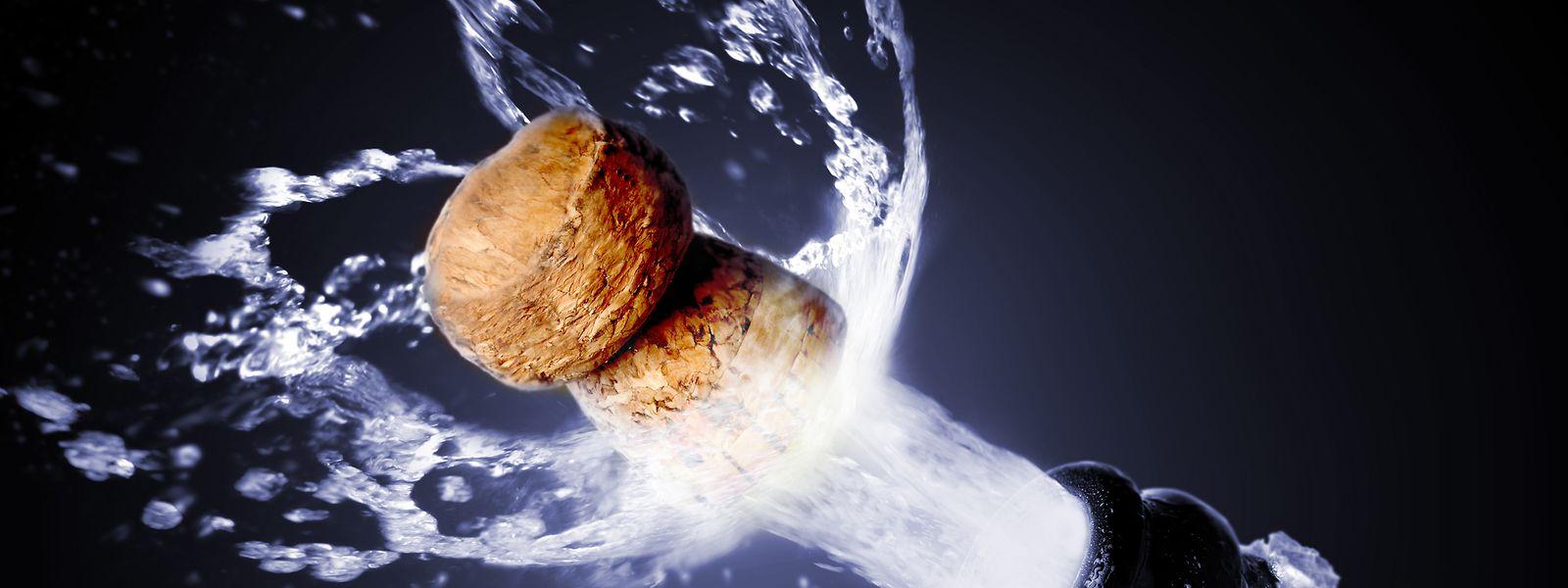 In Deckung! Der Korken von Champagner ploppt mit Geschwindigkeiten von bis zu 60 Kilometern pro Stunde in Richtung Decke.
