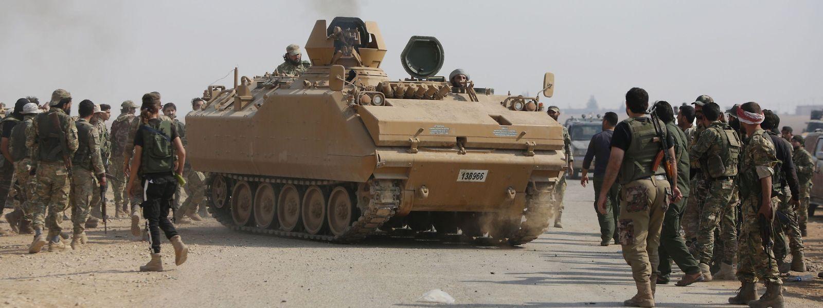 Mit der Türkei verbündete syrische Soldaten in Tall Abyad an der türkisch-syrischen Grenze.