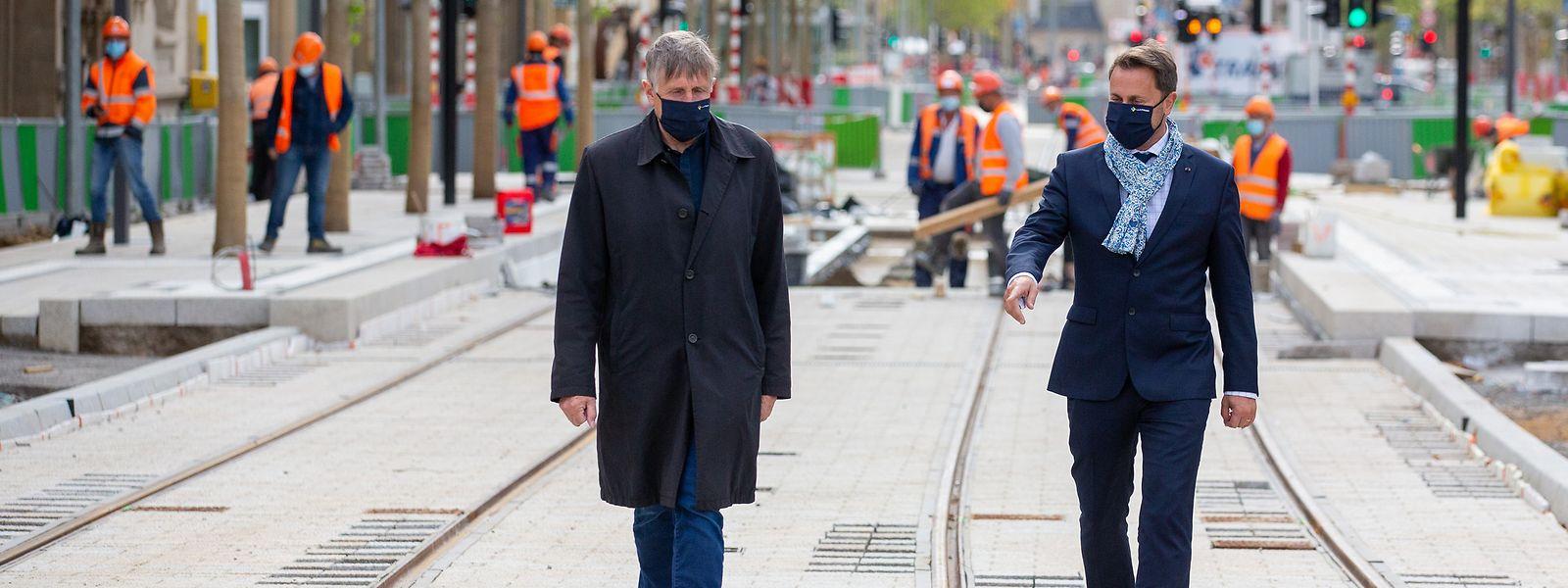 François Bausch (à g., au côté du Premier ministre Xavier Bettel) inspecte la voie qui conduira le tram à la gare centrale.