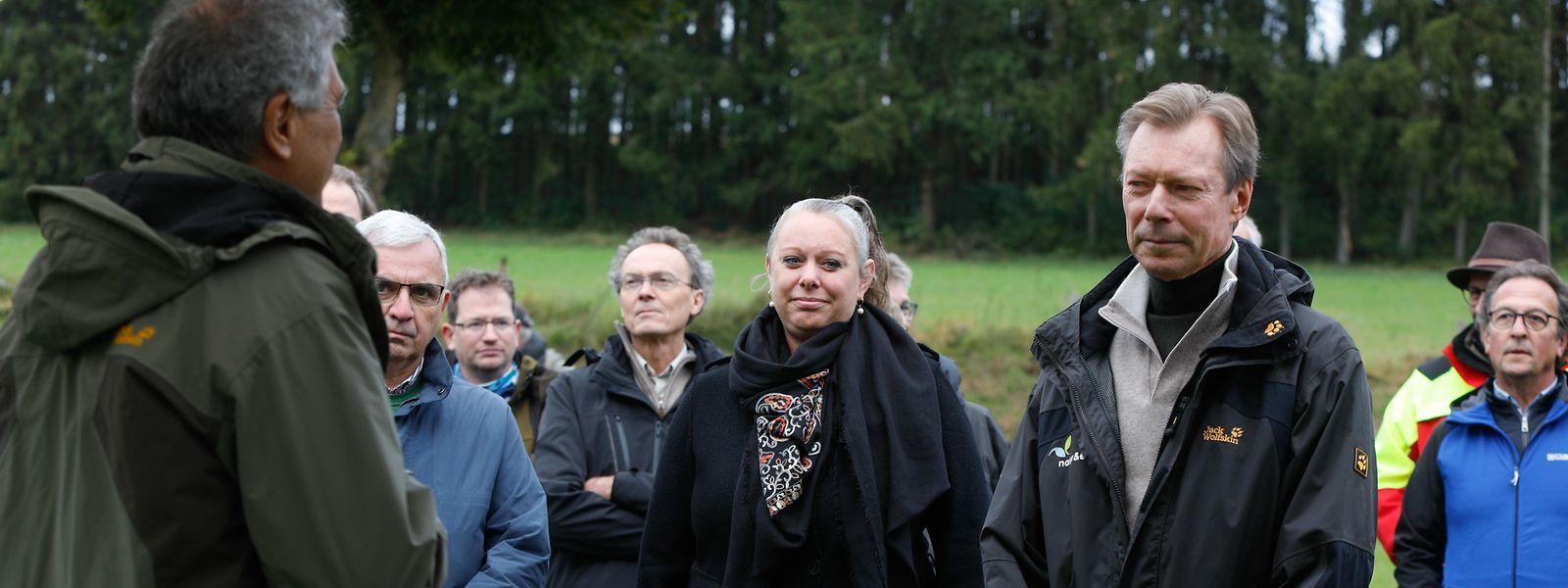 Großherzog Henri, Ministerin Carole Dieschbourg und die anderen Gäste lauschten den Erklärungen der Projektmitarbeiter.