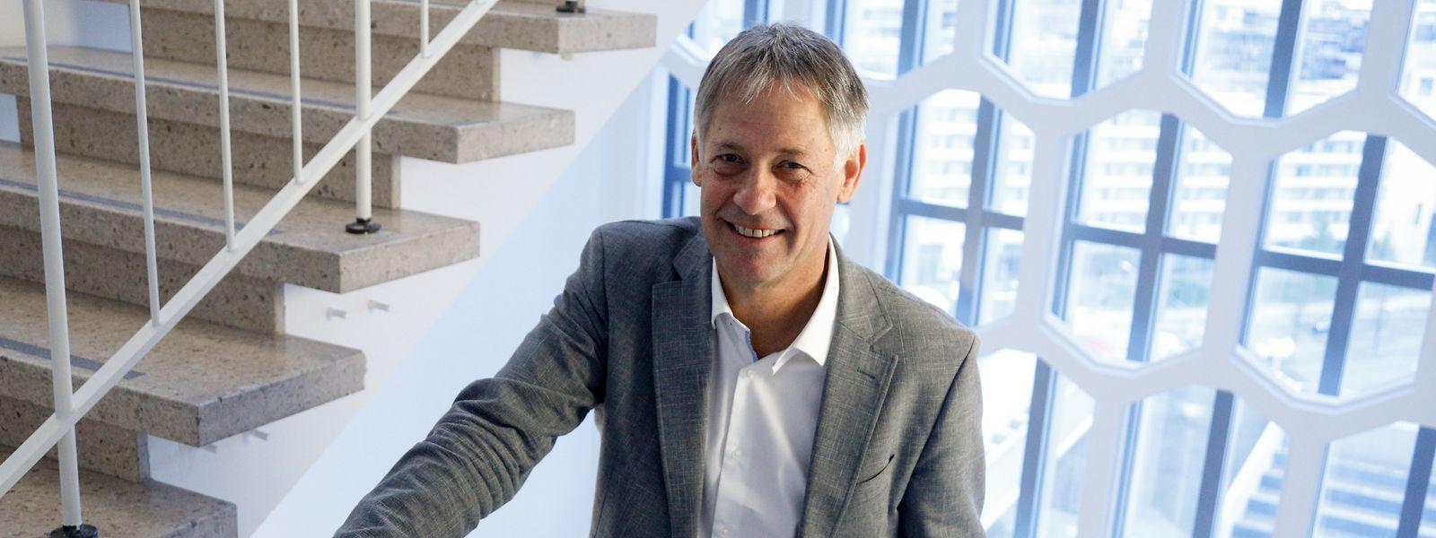 Henri Kox (58) im Treppenhaus des Wohnungsbauministeriums, in dem er kürzlich sein Büro bezogen hat.
