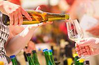 ARCHIV - 21.04.2018, Bayern, Nordheim Am Main: Eine Frau schenkt Weißwein aus. Exporte sind für die heimischen Winzer eine lukrative Sache, der Durchschnittspreis pro Weinflasche aus Deutschland steigt seit langem kontinuierlich. Da der inländische Markt gesättigt ist, hoffen die Winzer aus der Pfalz, aus Baden und anderswo auf kräftiges Wachstum dank ausländischer Käufer. Foto: Nicolas Armer/dpa +++ dpa-Bildfunk +++
