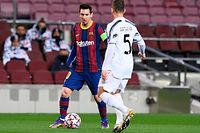Barcelona's Argentinian forward Lionel Messi (L) challenges Juventus' Brazilian midfielder Arthur during the UEFA Champions League group G football match between Barcelona and Juventus at the Camp Nou stadium in Barcelona on December 8, 2020. (Photo by Josep LAGO / AFP)