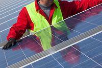ARCHIV - Zum Themendienst-Bericht vom 21. Juli 2021: Auf immer mehr Hausdächern finden sich Photovoltaik-Anlagen. Die Sorge, dass damit ein erhöhtes Brandrisiko verbunden ist, ist laut Experten unbegründet. Foto: Patrick Pleul/dpa-Zentralbild/dpa-tmn - Honorarfrei nur für Bezieher des dpa-Themendienstes +++ dpa-Themendienst +++