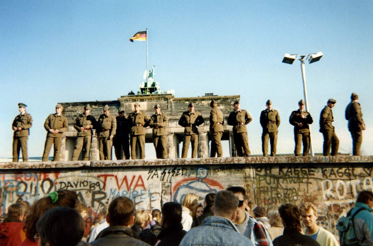 En 1961, le régime est-allemand obtient l'accord de Moscou pour ériger en 1961 le Mur de Berlin, présenté comme un «rempart antifasciste». Le Mur fait 155 kilomètres, soit 43 km qui scindent Berlin en deux du nord au sud, et 112 km qui isolent l'enclave de Berlin-ouest du territoire de la RDA.