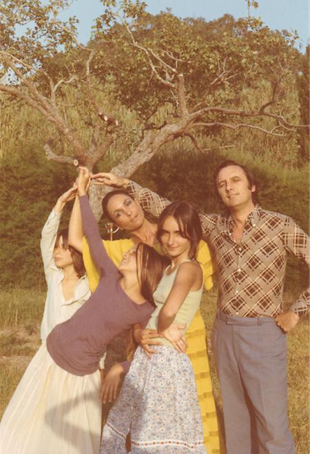 Nick com as duas irmãs mais velhas e os pais.