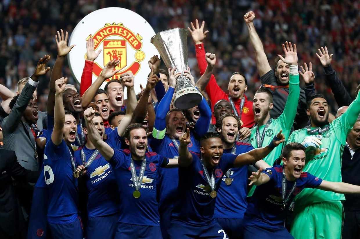 Manchester United's players celebrates with the trophy after the UEFA Europa League final football match Ajax Amsterdam v Manchester United on May 24, 2017 at the Friends Arena in Solna outside Stockholm. / AFP PHOTO / Odd ANDERSEN