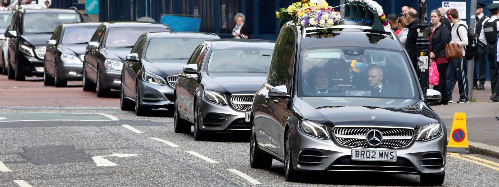 Der Leichenwagen trägt den Sarg der getöteten Journalistin Lyra McKee in die St.-Anne's-Cathedral in Belfast.