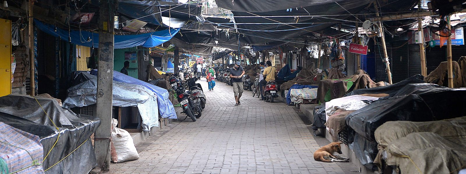 Mercado semi-deserto em Siliguri após ter sido decretado um lockdown nesta cidade para conter a propagação do vírus responsável pela covid-19.