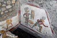 dpatopbilder - HANDOUT - 11.10.2019, Italien, Pompeji: Zwei Gladiatoren sind auf einem Fresko zu sehen. Es zeigt zwei Kämpfer, der eine mit einem Schutzschild und einem Schwert. Der andere geht blutend zu Boden. Wahrscheinlich schmückte es einen Raum, der von Gladiatoren besucht wurde, weil es dort Prostituierte gab, teilte die Ausgrabungsstätte südlich von Neapel am Freitag (11.10.2019) mit. Die Stadt Pompeji wurde 79 n. Chr. bei einem Ausbruch des Vesuvs verschüttet. Foto: Ausgrabungsstätte Pompeji/Ministero per i beni e le attività culturali e per il turismo/dpa - ACHTUNG: Nur zur redaktionellen Verwendung im Zusammenhang mit der aktuellen Berichterstattung und nur mit vollständiger Nennung des vorstehenden Credits +++ dpa-Bildfunk +++
