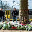 19.03.2019, Niederlande, Utrecht: Ein Mann schaut vor einer Straßenbahn auf ein provisorisches Denkmal in der Nähe des Ortes, an dem am 18.03.2019 drei Menschen von einem Schützen in einer Straßenbahn getötet wurden. Foto: Ana Fernandez/SOPA Images via ZUMA Wire/dpa +++ dpa-Bildfunk +++