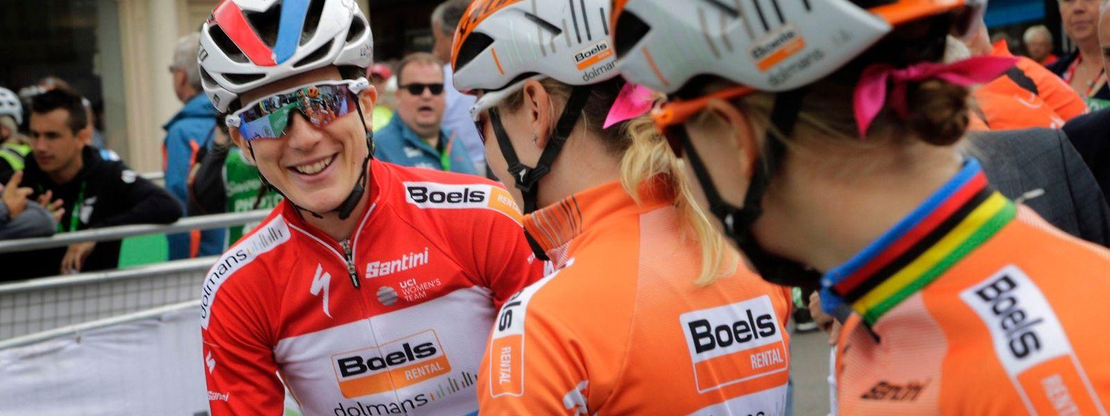 Christine Majerus félicitée par ses coéquipières de Boels Dolmans.
