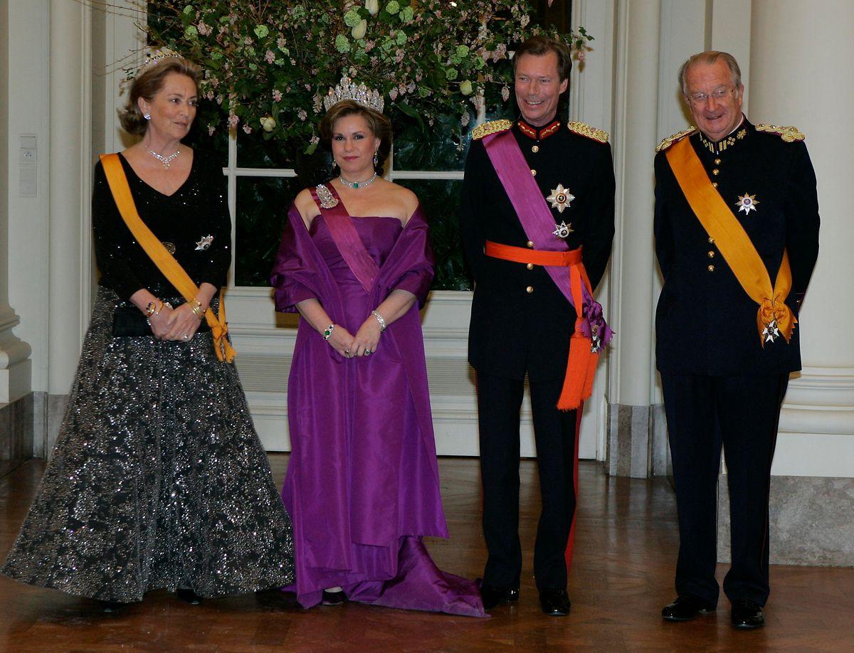 Großherzogin Maria Teresa trägt die Schärpe des belgischen Leopoldsordens bei einem Staatsbesuch in Belgien im Jahr 2007. Auch auf dem Foto (v.l.n.r.) Königin Paola von Belgien, Großherzog Henri und König Albert II von Belgien.
