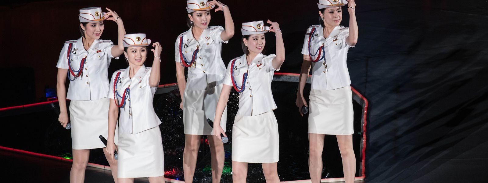 Mal treten Moranbong in Uniform mit Militärabzeichen, mal im knappen Glitzerkleid auf.
