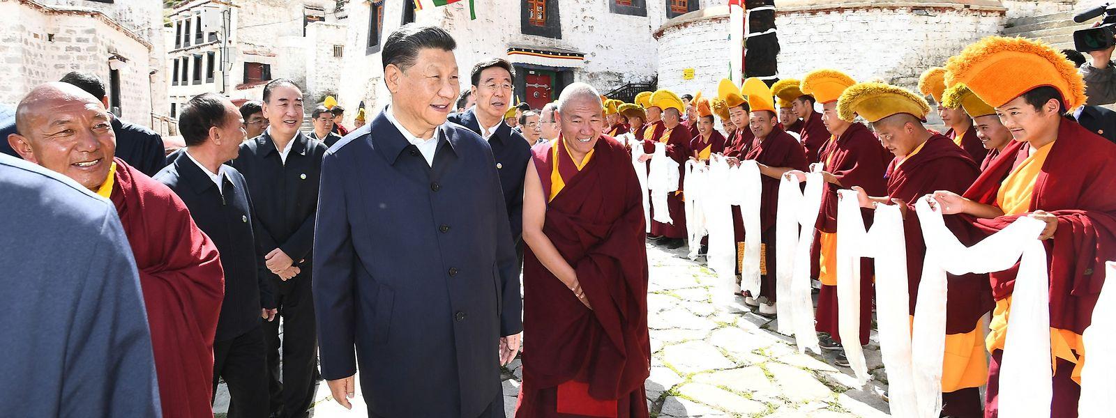 Chinas Präsident Xi Jinping (M.) ist erstmals seit zehn Jahren wieder nach Tibet gereist, wo er von Einheimischen und Beamten begrüßt wurde.