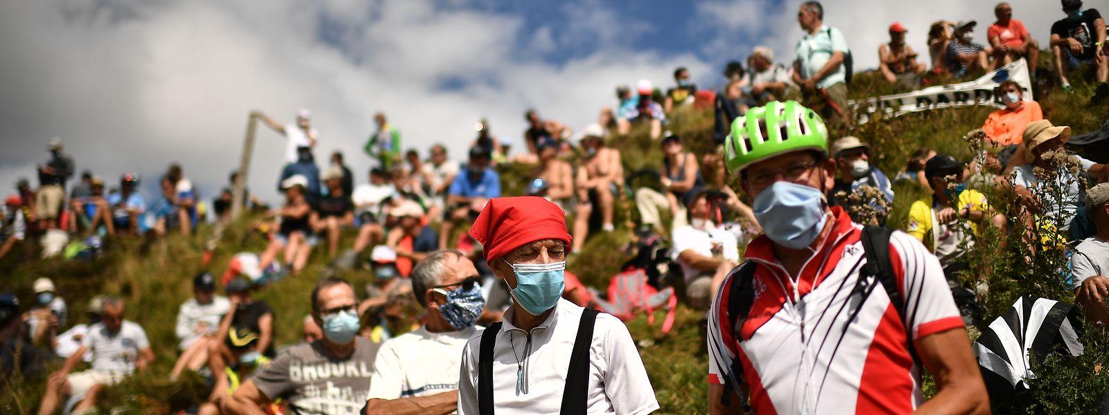 Vorblidlich: Diese Zuschauer tragen eine Maske, aber längst nicht alle.