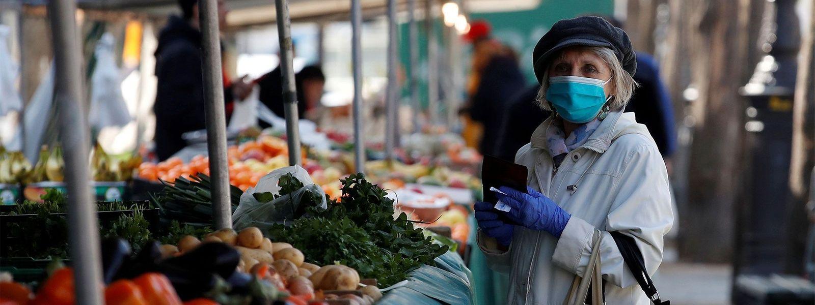 En Belgique, le masque sera désormais obligatoire dans les rues commerçantes, sur les marchés, les brocantes, les fêtes foraines, et dans les zones publiques des bâtiments publics.