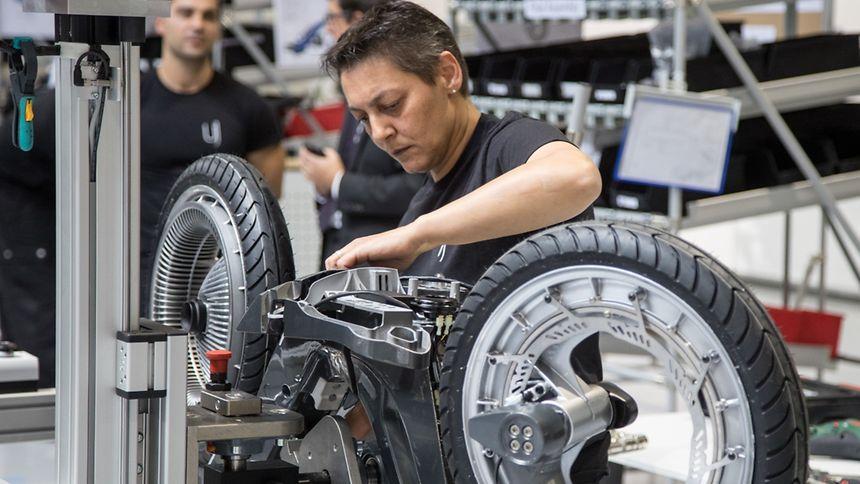 Bisher wurden in der nagelneuen Fabrik lediglich einige erste Modelle gefertigt. Bis Ende des Jahres soll die Produktion allerdings richtig anlaufen. Dazu werden noch 37 neue Mitarbeiter eingestellt.