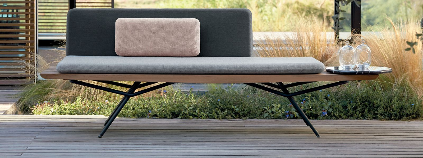 """Drinnen wie draußen: Die schlichte Sofa-Liege der """"San""""-Kollektion von Lionel Doyen für Manutti kann sich auch im Wohnbereich sehen lassen. Preis: um 3.975 Euro."""