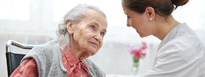 Die Mitarbeiter von Pflegeheimen und sozialen Einrichtungen sollen angesichts der Karriereaufwertung im öffentlichen Dienst ebenfalls in den Genuss von Verbesserungen kommen. Doch die Verhandlungen erweisen sich immer noch als schwierig.