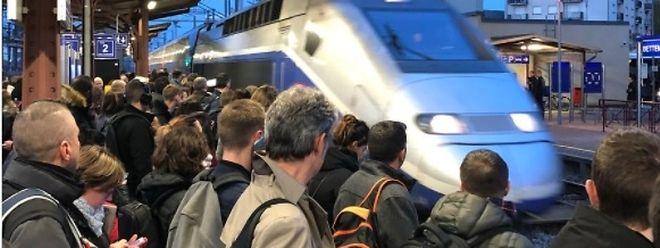 Du monde à la gare de Bettembourg vendredi soir, attendant avec impatience les trains direction Thionville.