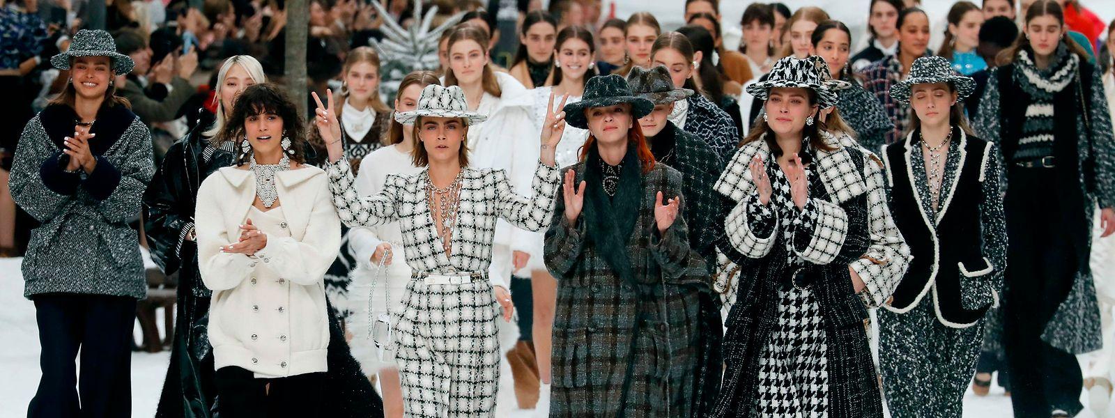 Applaus von Models und Publikum für Karl Lagerfelds letzte Chanel-Kollektion.