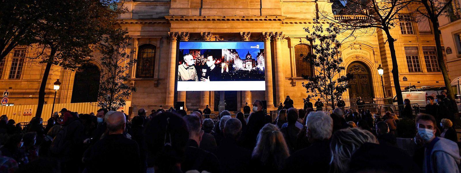 Paris: Eine Menschenmenge versammelt sich auf dem Place de la Sorbonne, um auf einer Leinwand eine Hommage an den Lehrer Samuel Paty zu verfolgen.