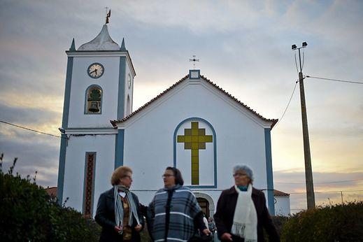 Les fidèles quittent l'église de Campinho après la messe du dimanche (Reguengos de Monsaraz le 29 janvier 2017).