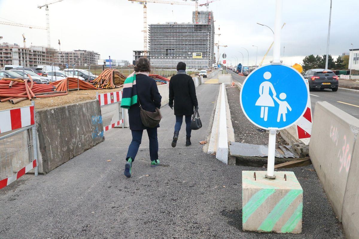 Pour les parents qui conduisent leur enfant à pied à l'école, les abords du boulevard Raiffeisen sont loin d'être terminés et un trottoir provisoir a été créé.