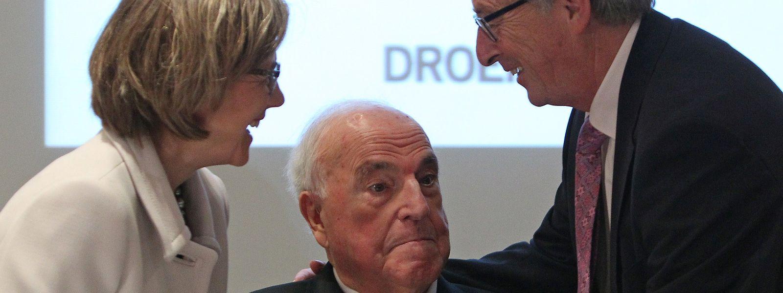 Ein bereits sichtlich gezeichneter Altkanzler Kohl (M.) mit seiner Frau Maike Kohl-Richter und Jean Claude Juncker im Jahr 2014.