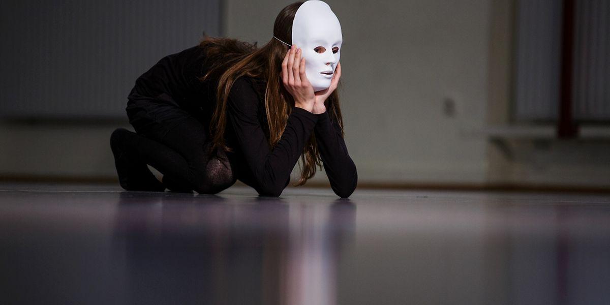 Aus starren Masken werden selbstbewusste Gesichter.