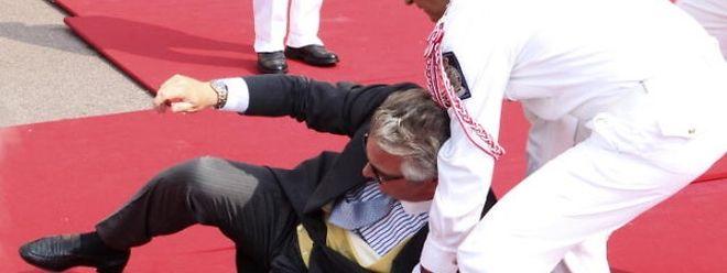 Auf der Prinzenhochzeit in Monaco stürzte Laurent auf dem roten Teppich. Es sind aber vor allem die politischen Skandale, die den Prinzen in Verruf gebracht haben.