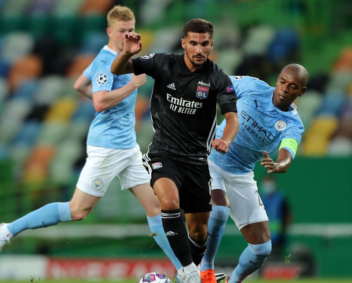 Houssem Aouar siegte zuletzt mit Lyon gegen Manchester City um Fernandinho (r.) und Kevin de Bruyne.