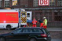 30.05.2018, Schleswig-Holstein, Flensburg: Rettungskräfte arbeiten vor dem Bahnhof. Nach Angaben der Bundespolizei hat es einen Messerangriff in einem Intercity-Zug in Flensburg gegeben. Es gab einen Toten sowie zwei Verletzte. Foto: Sebastian Iwersen/nordpresse mediendienst/dpa - ACHTUNG: Ein Teil der Polizisten wurden vom Urheber gepixelt. +++ dpa-Bildfunk +++