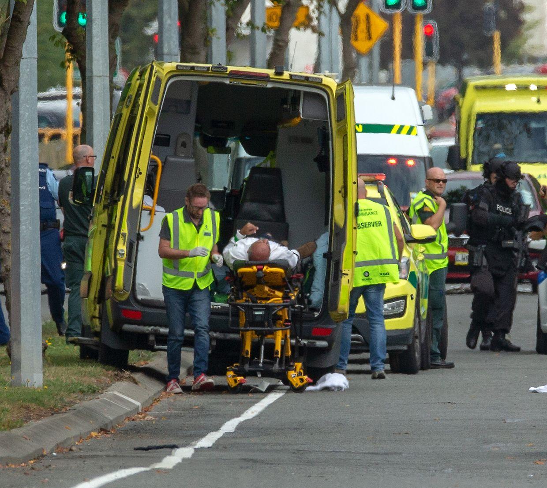 15.03.2019, Neuseeland, Christchurch: Ein Verletzter wird nach Schüssen in die Masjid Al Noor Moschee in einen Krankenwagen verladen. Bei Angriffen auf zwei Moscheen in der neuseeländischen Stadt Christchurch sind am Freitag mehrere Menschen getötet worden. Foto: Martin Hunter/SNPA/dpa +++ dpa-Bildfunk +++