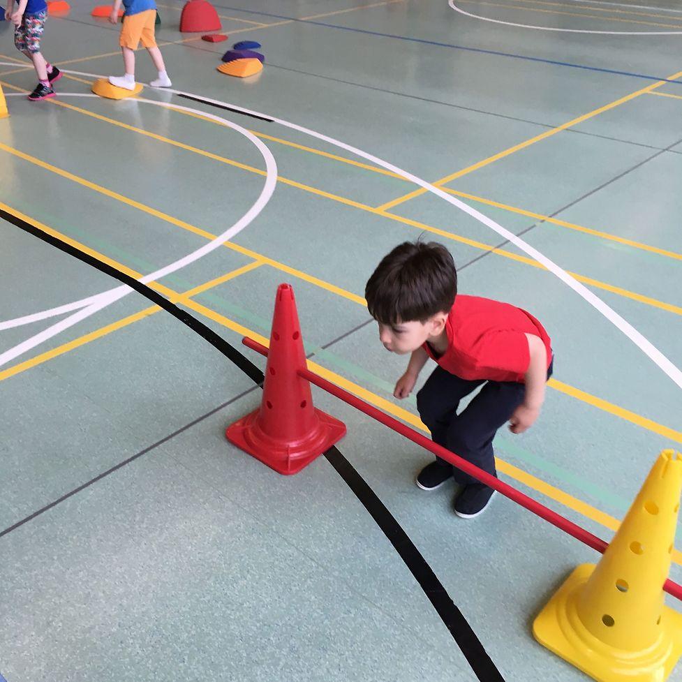 Koordinations- und Gleichgewichtsübungen fallen dem Jungen besonders schwer.