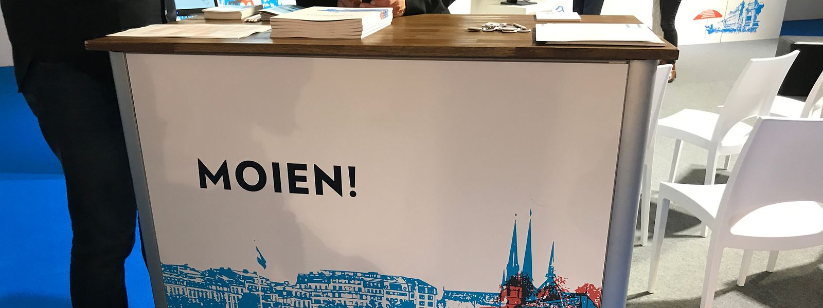 """Ein """"Moien"""" begrüßt Besucher am Luxemburger Stand bei der Frankfurter Buchmesse."""