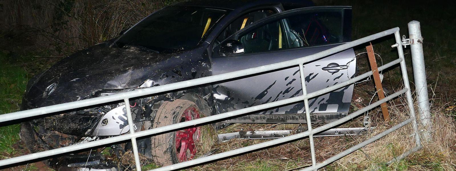 Der Fahrer des Autos wurde bei dem Unfall schwer verletzt.