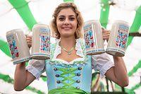 29.08.2019, Bayern, München: Elena Weidlich präsentiert im Armbrustschützenzelt auf dem Oktoberfestgelände den offiziellen Wiesn-Maßkrug 2019. Das Oktoberfest findet in diesem Jahr vom 21. September bis zum 06. Oktober 2019 statt. Foto: Sven Hoppe/dpa +++ dpa-Bildfunk +++