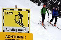 ARCHIV - 13.02.2012, Bayern, Spitzingsee: Zwei Skitourengeher steigen im Skigebiet Stümpfling am Spitzingsee (Oberbayern) an der vom Alpenverein markierten Aufstiegsroute mit ihren Skiern auf. Foto: Tobias Hase/dpa +++ dpa-Bildfunk +++