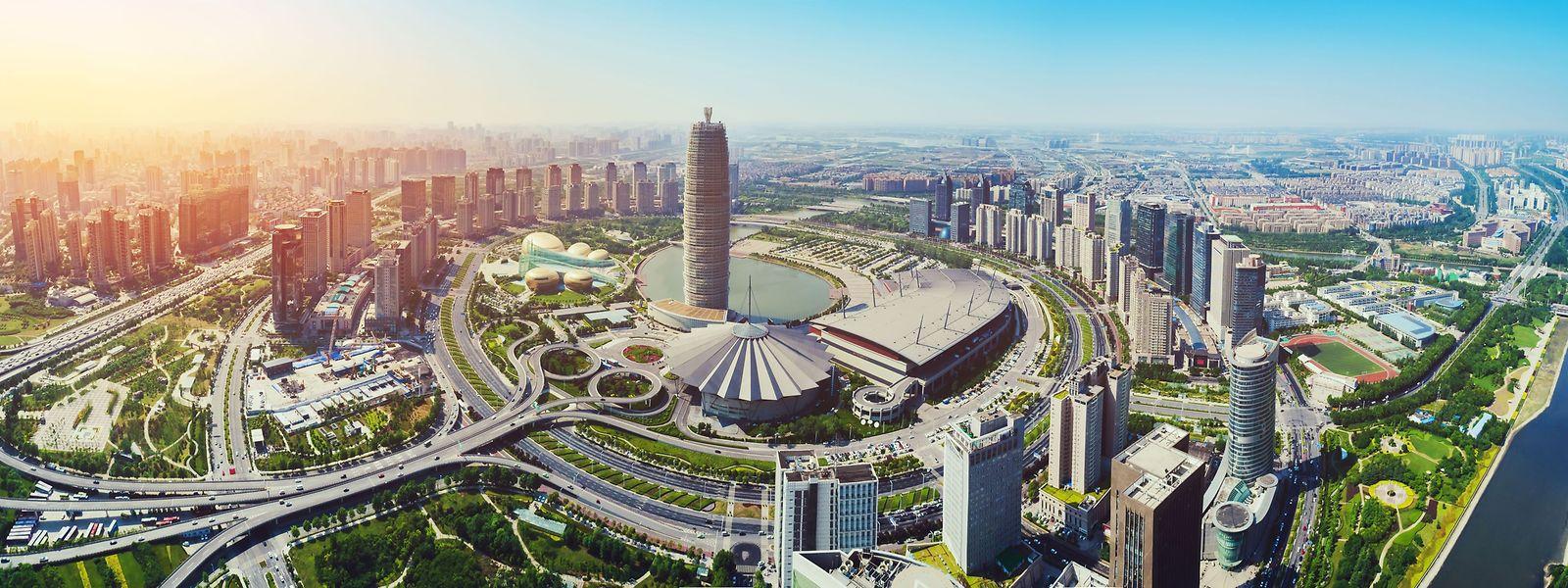 Das Areal mit Büros, Geschäftsräumen und Wohnungen soll in Zhengzhou zwischen dem Geschäftsviertel des Zhengdong New District (Bildmitte) und dem Longhu-Bezirk entstehen, der mit seinem See im Hintergrund zu erahnen ist.