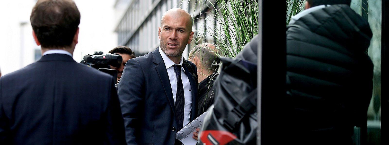 Real-Coach Zinedine Zidane, hier bei der Ankunft in Wolfsburg, hat von neun Spielen gegen deutsche Mannschaften neun gewonnen.