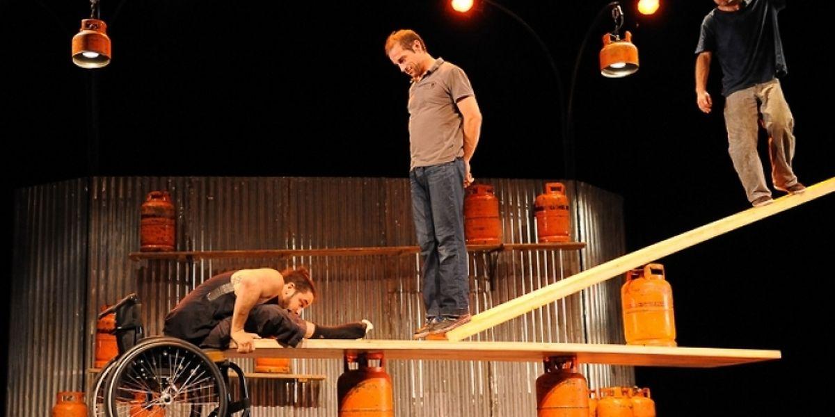 """Das Zirkusensemble """"Cirque Inextrémiste"""" kommt mit der außergewöhnlichen Produktion """"Extrêmités"""" in das Mierscher Kulturhaus."""