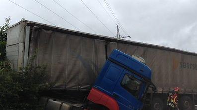 Der Laster musste von einem Abschleppunternehmen wieder auf die Fahrbahn gezogen werden.